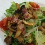 ココス - なんとか茸とベーコンのサラダ。。。だから食べ終わった後、皿の置き場所に困るくらい狭いんだよっ!テーブルがっ!!