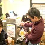 かぐや庵 - 生サーバーがあって飲み放題!!泡好きの私は泡多めで注ぎました。