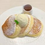 幸せのパンケーキ - マヌカハニーのホイップバターとカラメルシロップが付いてきます