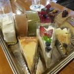 57280057 - ケーキは均一価格、お好きなものをどうぞ。テイクアウトもできます。