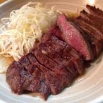 57280572 - 牛タンテキ。赤味を残す良い感じの熱加減。