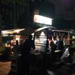 ともちゃん - 最近さらに人気がすごいこちらの屋台。夜の早い時間から行列ができてることも〜。