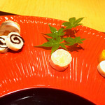 はし野 - 菊花の煮凝り、鰆とピーナッツ、鮭、鯛と海苔の砧巻き