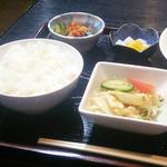 結ま~る - ゴーヤチャンプル定食(ご飯、キムチ、サラダ、ミニデザート)