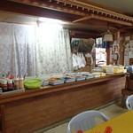 冨士食堂 - 店内(カウンターの上がバイキング)