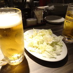 鉄神 - 66円生ビールと突き出しキャベツ