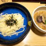 手延べうどん 水山 - 柚子胡椒の肉つけうどん(¥860)。柚子胡椒の香りと塩気で、食が進む!