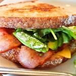 ウエストウッドベーカーズ - アボカド ベーコン チーズ サンドウィッチ