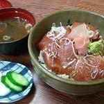 石松 - 鮪漬け丼と伊勢海老出汁の味噌汁付き。