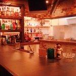 ステーキ・ウェスタンバー・フーターズ - 幅広でゆったりとしたカウンターとガラス張りのオープンキッチン!