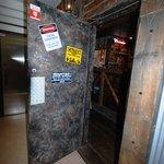 ステーキ・ウェスタンバー・フーターズ - 重たいドアを開けると、