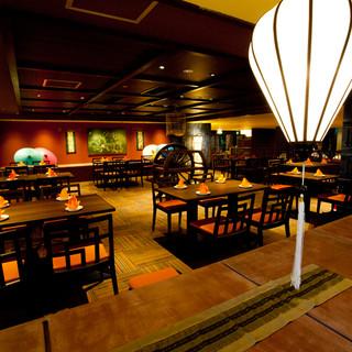 ホテル内の綺麗なレストラン。広々ゆったりとした店内です。