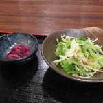 炭火焼やきとん 焼鳥 誠義屋 - サラダと漬物