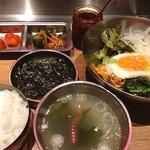 南屋韓国食堂 - ピビンバセット♪ 思いがけなくキムチがついてきた…臭うかな(^_^