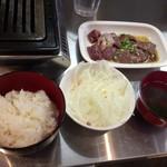 57318383 - ランチ(950円)                       Cセット(塩はつ、塩ればー)、ごはん、スープ、オニオンサラダ