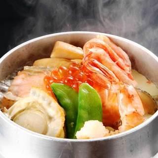 具材の旨味がお米にしみわたる炊きたて釜飯が自慢!