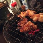 酒房野菊 - 七輪でホルモンを焼いていきます。味が濃いーっ。