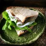自家培養醗酵種パン 侭 - カンパーニュをサンドイッチにして食べました
