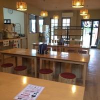 元祖 熊谷うどん 福福 - 内装にもこだわる当店では、特注の埼玉県産杉材の丸太椅子を配置した店内となっており、木の温もりを感じながら落ち着いた空間でお召し上がり頂けます。