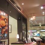 イタリアン・トマト カフェ - 店頭はハロウィン。いつから季節の定番になったんだろう。日本人はお月見とか重陽の節句とかは?ダメかな?