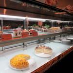 イタリアン・トマト カフェ - もしかして、テイクアウトもあるのかぁと店内へ。 少なめですが、ケーキ類がディスプレイされていました。