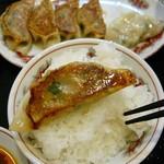 57333314 - ランチ680円:焼き餃子+台湾ラーメン。
