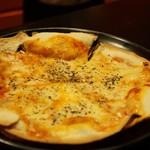 57335049 - トマトとモッツァレラチーズの薄焼きピッツァ(945円)