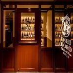 うしごろバンビーナ - 内観写真:重厚感のある入口には、ソムリエ厳選ワインが並んでいます。