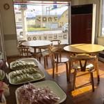 プチ・トリフ 山屋 - カフェスペースもございます。