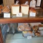 菊見せんべい総本店 - お店左手のパンの棚