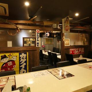 昭和のレコードや看板が飾られ、昭和歌謡が流れる古民家的なお店