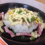 KUNIS - 料理写真:ベーコンチーズペッパーライスMサイズ+サラダ(832円)を頂きました。