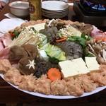 鳥新 - 料理写真:大皿に盛り付けられた鳥鍋の材料。