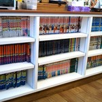 びーわん - 店内の本棚、茹で上がるまで15分です。