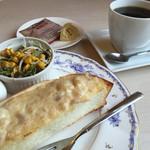 オムライス専門店 エグロン - ブレンドコーヒー400円と日替わり2種からツナトーストのモーニング