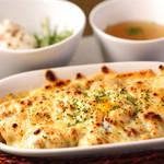 Cafe & Bar えんじ - えんじ 焼きカレー(半熟卵とチーズのせ)