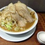 フジヤマゴーゴー - 「小倉二郎(大盛)」750円とサービスの「生卵」