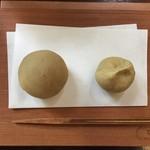 廚 菓子 くろぎ - 栗おはぎ(左)と栗茶巾(右)(2016/10)