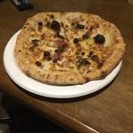 57376264 - ☆マストゥ二コーラ(当店オリジナルのピッツァ)                       ベコリーノ、バジル、ハム等の切り落としを使用。¥350ながらも、もっちり香ばしく旨い