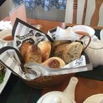 Bread lunch & Cafe La mia casa - 自家製酵母のパンや国産小麦のパン、いろいろなパンをご用意してお待ちしております。