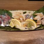 57376927 - 秋刀魚、白バイ貝
