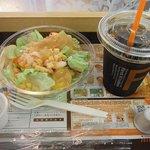 ファーストキッチン - 海老とモッツァレラの柚子風味サラダとアイスコーヒー
