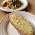 パパアンジェロ - ランチのパンとサラダ。