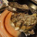 5739508 - 焼き牡蠣。は牡蠣のエキスが出てて美味しい~