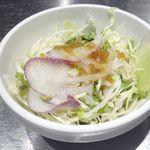 ハンバーグ ストロング  - ハンバーグにはシャキシャキ食感の生野菜を使ったサラダ