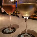 57400275 - トマトジュース(奥)と白ワイン