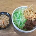 一千 - 料理写真:かけうどん+肉+かき揚げ+キャベツ大盛り 750円 炊き込みご飯 150円