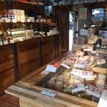 フロマージュミナミ - 店頭には色々なチーズなどが並んでいます