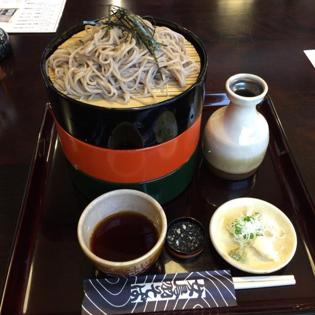 女鳥羽そば - 三重そば。 お蕎麦は松本で平均的かと。下にとろろそばと、抹茶の香りのするそばが隠れてます。お腹いっぱい。