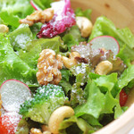 山の手マリアージュガーデン - 野菜とナッツの粉チーズサラダ